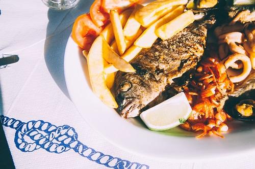 poisson et plateau de fruit de mer